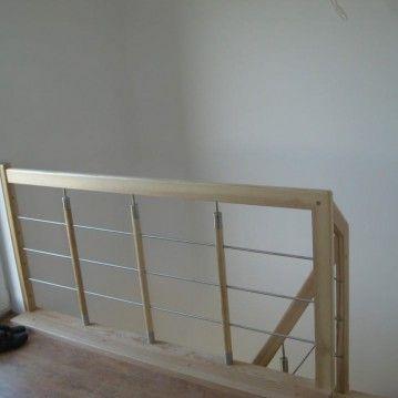 Laiptai ant betoninės konstrukcijos su nerūdijančio plieno horizontaliais strypeliais BE 16