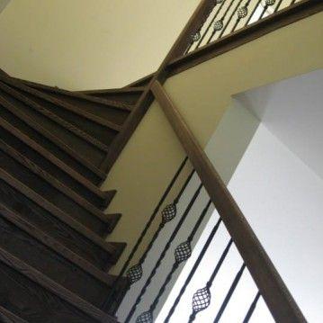Laiptai ant betoninės konstrukcijos su pūstais kalvio darbo krepšeliais BE 15