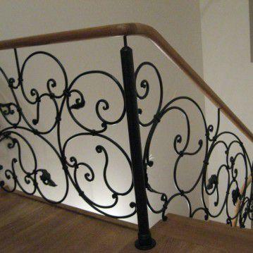 Laiptai su kalvio darbo tvorele BE 07