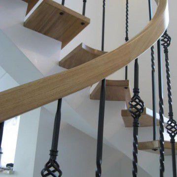 Laiptai ant metalinės konstrukcijos ir erdviškai suktu porankiu MT 01