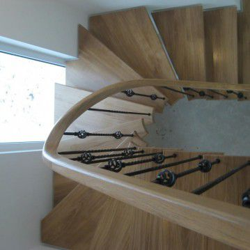 Laiptai ant metalinės konstrukcijos ir erdviškai suktu porankiu MT 02