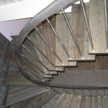 Laiptai ant metalinės konstrukcijos su erdviškai suktu porankiu MT 03