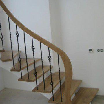 Laiptai ant metalinės konstrukcijos ir erdviškai suktu porankiu MT 05