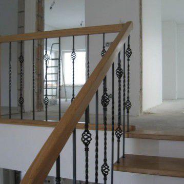 Laiptai ant metalinės konstrukcijos ir erdviškai suktu porankiu MT 06