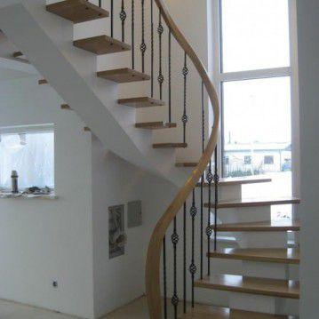 Laiptai ant metalinės konstrukcijos ir erdviškai suktu porankiu MT 09
