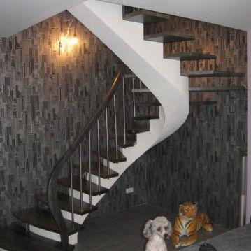 Laiptai ant metalinės konstrukcijos su erdviškai suktu porankiu MT 13