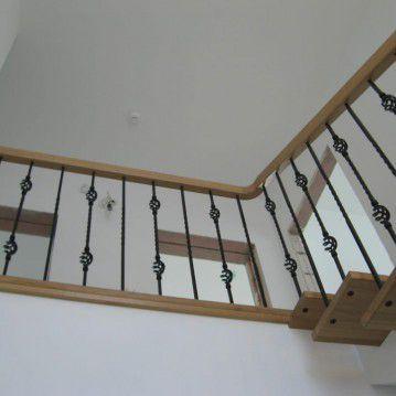 Laiptai ant metalinės konstrukcijos ir erdviškai suktu porankiu MT 14