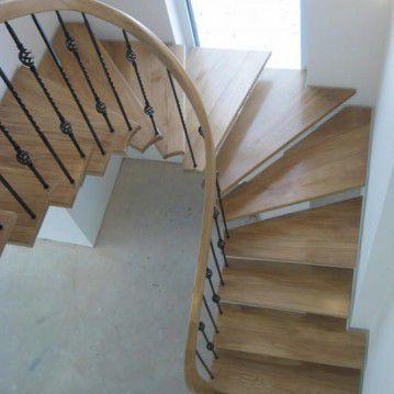 Laiptai ant metalinės konstrukcijos ir erdviškai suktu porankiu MT 17