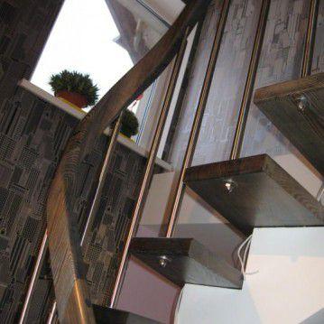 Laiptai ant metalinės konstrukcijos su erdviškai suktu porankiu MT 18