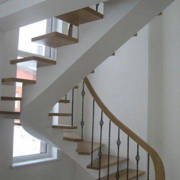Laiptai ant metalinės konstrukcijos ir erdviškai suktu porankiu MT 27