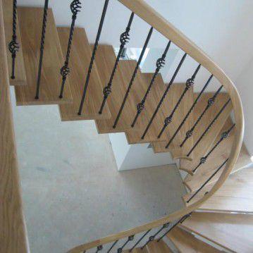 Laiptai ant metalinės konstrukcijos ir erdviškai suktu porankiu MT 36