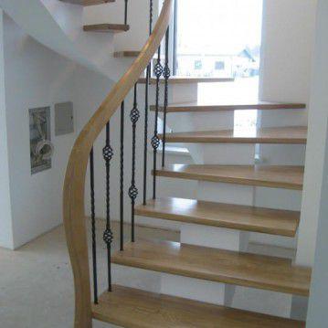 Laiptai ant metalinės konstrukcijos ir erdviškai suktu porankiu MT 51