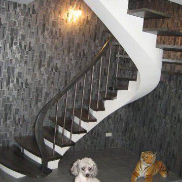 Laiptai ant metalinės konstrukcijos su erdviškai suktu porankiu MT 29