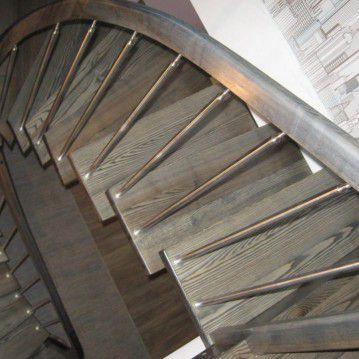 Laiptai ant metalinės konstrukcijos su erdviškai suktu porankiu MT 43