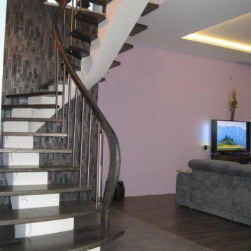 Laiptai ant metalinės konstrukcijos su erdviškai suktu porankiu MT 46