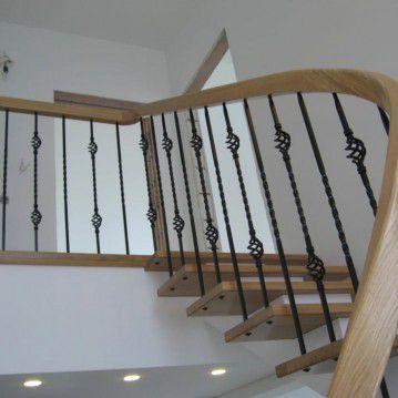 Laiptai ant metalinės konstrukcijos ir erdviškai suktu porankiu MT 52