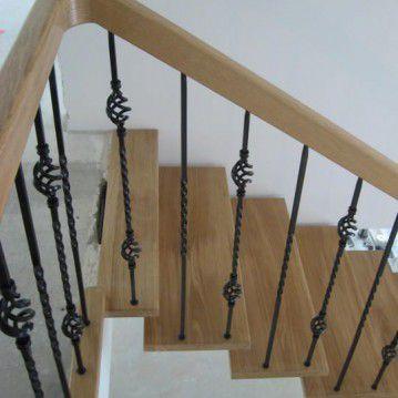Laiptai ant metalinės konstrukcijos ir erdviškai suktu porankiu MT 49