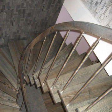 Laiptai ant metalinės konstrukcijos su erdviškai suktu porankiu MT 50
