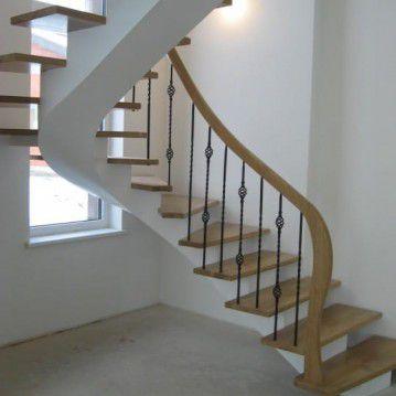 Laiptai ant metalinės konstrukcijos ir erdviškai suktu porankiu MT 54