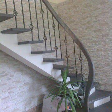 Mediniai laiptai ant plačios metalinės laiptasijos MT 54
