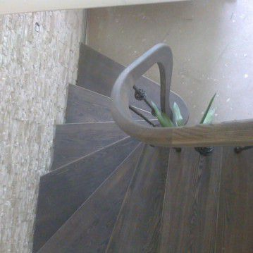 Mediniai laiptai ant plačios metalinės laiptasijos MT 57