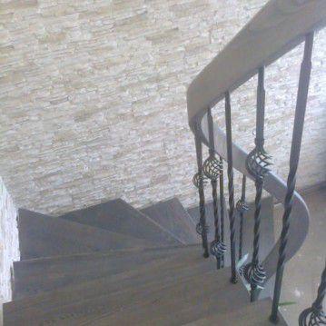 Mediniai laiptai ant plačios metalinės laiptasijos MT 56