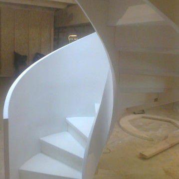 Balti laiptai su medinėm laikančiom sijom ME 08