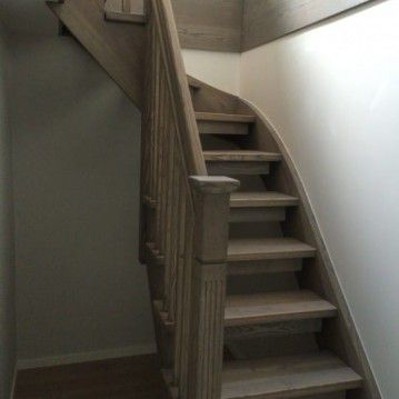 mediniai laiptai su medinėm laikančiom sijom ME 27