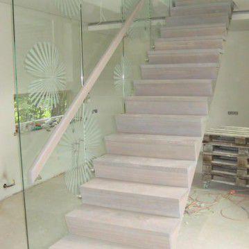 Mediniai laiptai prie stiklinės sienos ME 38