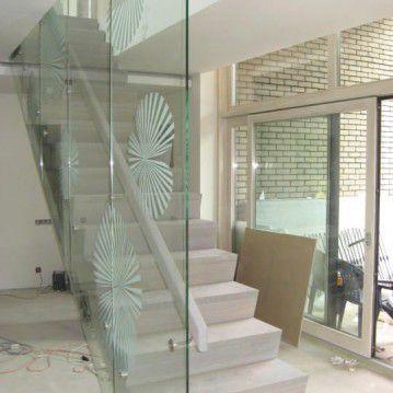 Mediniai laiptai prie stiklinės sienos ME 39