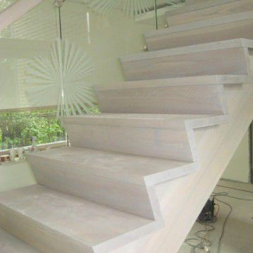 Mediniai laiptai prie stiklinės sienos ME 42