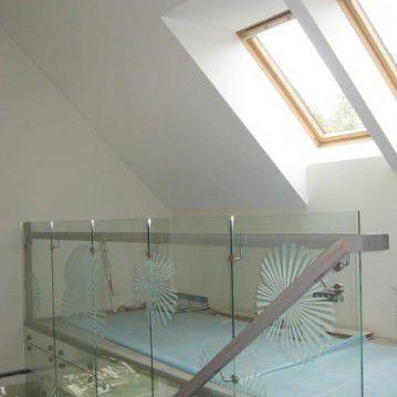 Mediniai laiptai prie stiklinės sienos ME 45