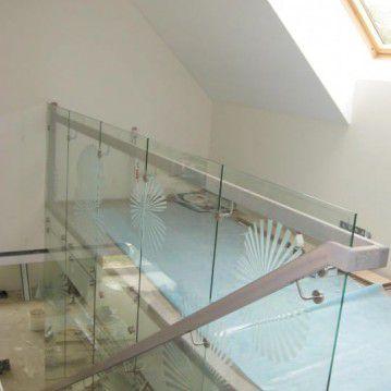 Mediniai laiptai prie stiklinės sienos ME 47