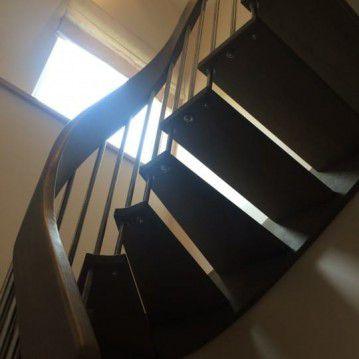 Išlengvinti laiptai su erdviškai suktu porankiu SA 41