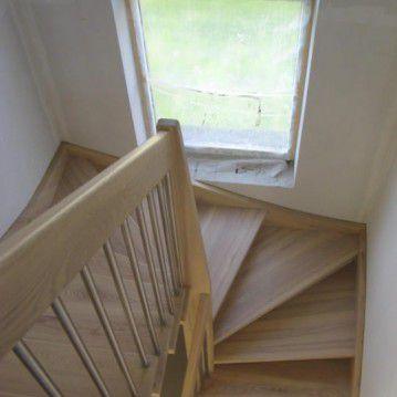 Šviesaus medžio sąvaržiniai išlengvinti laiptai SA 42