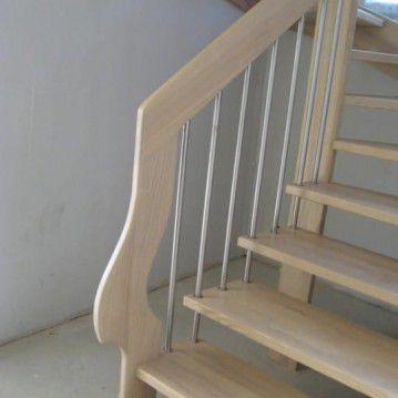 Šviesaus medžio sąvaržiniai išlengvinti laiptai SA 44