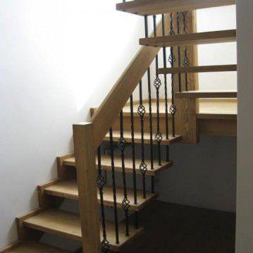 Sąvaržiniai išlengvinti laiptai su dekoruotu metaliniu turėklu SA 48