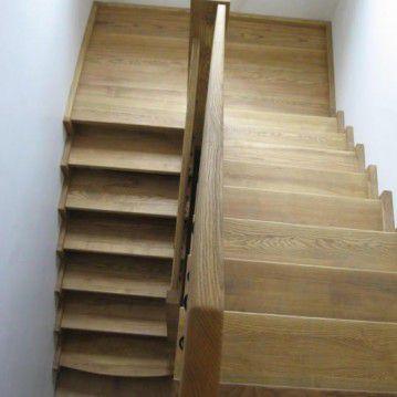Sąvaržiniai išlengvinti laiptai su dekoruotu metaliniu turėklu SA 51