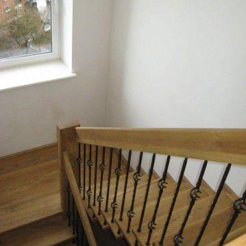 Sąvaržiniai išlengvinti laiptai su dekoruotu metaliniu turėklu SA 52