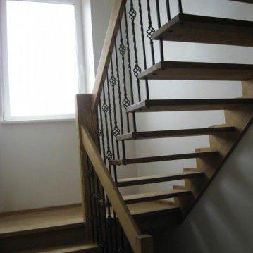 Sąvaržiniai išlengvinti laiptai su dekoruotu metaliniu turėklu SA 54