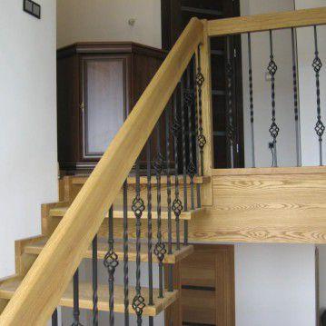 Sąvaržiniai išlengvinti laiptai su dekoruotu metaliniu turėklu SA 55