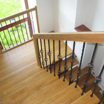Sąvaržiniai išlengvinti laiptai su dekoruotu metaliniu turėklu SA 56