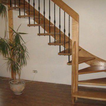 Šviesaus medžio sąvaržiniai laiptai su dekoruotu turėklu SA 72