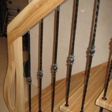 Šviesaus medžio sąvaržiniai laiptai su dekoruotu turėklu SA 74