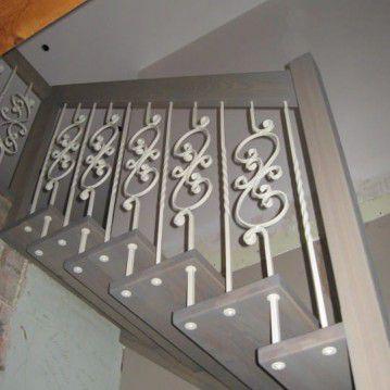 Sąvaržiniai laiptai su baltai dažyta kalvio darbo tvorele SA 78